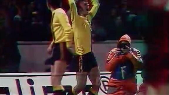 Dynamo Dresden Spieler jubelt nach Torschuss gegen Bayern München 1973