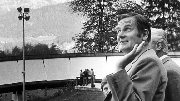 Der Präsident des Deutschen Turn- und Sportbundes (DTSB) der DDR, Manfred Ewald (l.) besichtigt am 12.10.1979 die Rennrodelbahn am Königssee. Ewald hält sich anlässlich der IV. Europäischen Sportkonferenz in Berchtesgaden auf.