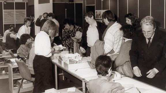 An den Anmeldetischen mit Karteikarten-Boxen  zur Dokwoche 1987 herrscht reger Betrieb.