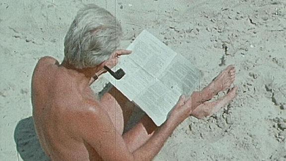Mann bei Lektüre am FKK-Strand Barth 1965