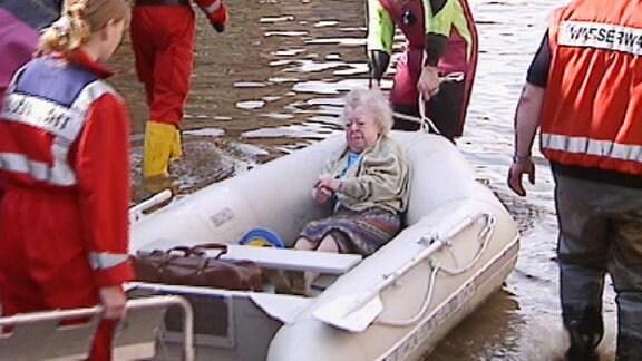 Gerettete Frau im Schlauchboot.