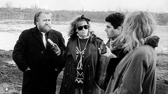 """Die amerikanische Schauspielerin (2.v.l.) wollte sich bei bei einem Besuch in Bitterfeld im Februar 1990 einen persönlichen Eindruck von der """"schmutzigsten Stadt Europas"""" machen."""