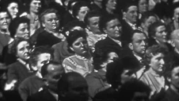 """8. März 1960: Warten auf den Vorsitzenden ... Die offizielle Feier des 50. Frauentages fand im """"Theater der Werktätigen"""" in der Chemiestadt Wolfen statt. Festredner war SED-Chef Walter Ulbricht."""