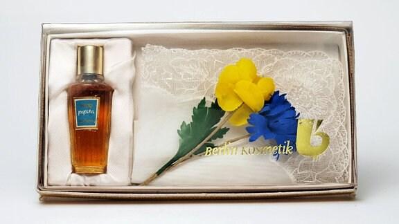 """Eine beliebte Geschenkpackung (z.B. zum Frauentag) mit Stoffblumen, Spitzentuch und Parfüm """"Pepita"""" von Berlin-Kosmetik."""