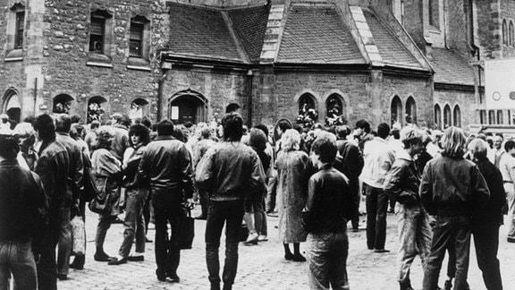 Demonstranten vor der Nikolaikirche in Leipzig.