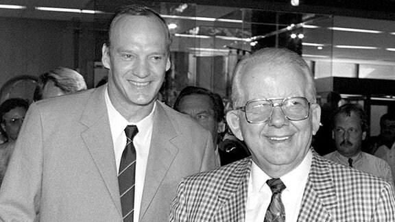 Der Präsident des Deutschen Fußballbundes (DFB), Hermann Neuberger (r), und der Präsident des deutschen Fußballbundes der DDR, Hans Georg Moldenhauer.