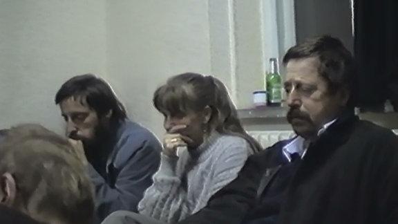 Besetzung der Stasizentrale in der Normannenstraße - junge Leute sitzen im Flur am Boden, im Vordergrund Bürgerrechtlerin Bärbel Bohley
