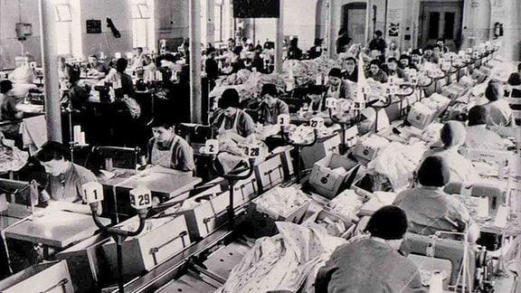 Weibliche Gefangene im Strafvollzug Hoheneck arbeiten in einer Näherei