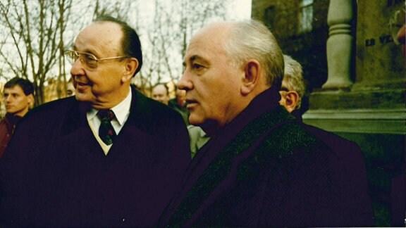 Hans-Dietrich-Genscher und Michail Gorbatschow vor dem Gebäude der Franckeschen Stiftung in Halle