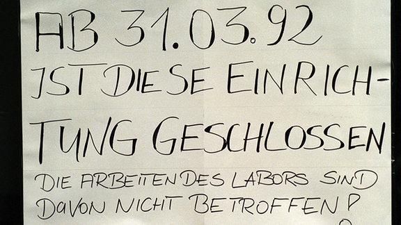 """Auf einem Schild steht geschrieben: """"Ab 31.03.92 ist diese Einrichtung geschlossen."""" Von der ehemaligen Poliklinik Johannisstraße im Stadtbezirk Mitte wird nichts bleiben als diese schnöde Mitteilung am Portal. Die Einrichtung ist geschlossen, und das stellt nicht nur die Patienten vor eine völlig neue Situation."""