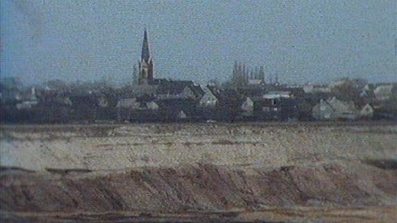 Goitzsche, Dorf im Hintergrund.