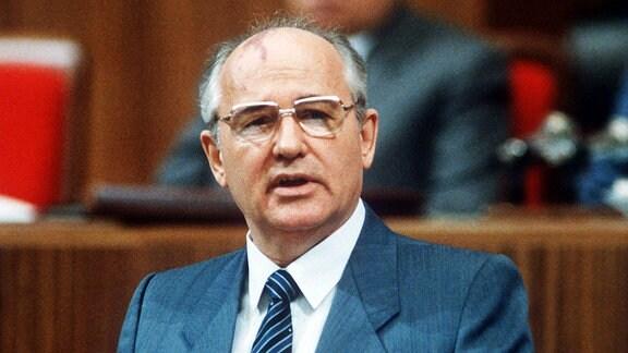 Michail Gorbatschow bei der Eröffnung der vom 28. Juni - 1. Juli 1988 tagenden Parteikonferenz der Kommunistischen Partei in Moskau.