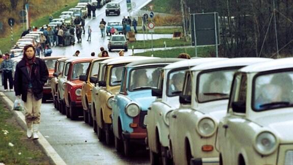Eine schier endlose Schlange von DDR-Fahrzeugen - hauptsächlich Trabis und Ladas - hat sich vor dem Grenzübergang bei Schirnding (Bayern) an der deutsch-tschechoslowakischen Grenze gebildet.