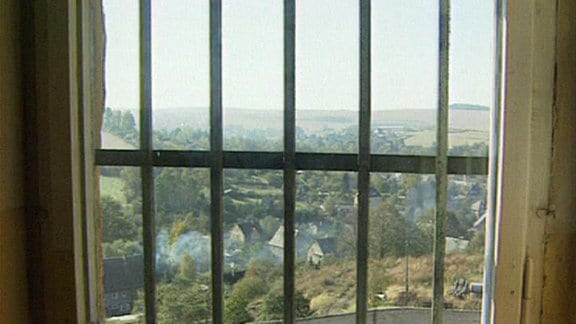 Ein Fenster mit Gitterstäben.