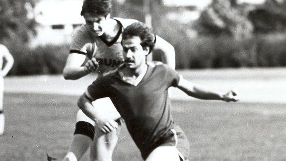 Hartmut Meinert (hinten) spielte im Mittelfeld von 1969/70 - 1983/84 in 291 Punktspielen mit.