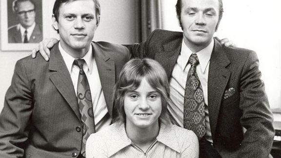 Bernd Bransch, Klaus Urbanczyk und Kornelia Ender, Schwimmerin und vierfache Olympiasiegerin von 1976 in Montreal bei einer Sportlerehrung. Aufnahme undatiert.