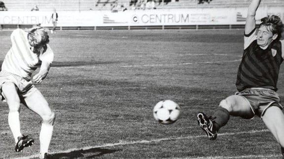 Gisbert Pennecke (rechts) bestritt auf der Abwehrposition von 1986/87 bis 1993/94 181 Punktspiele für den HFC.