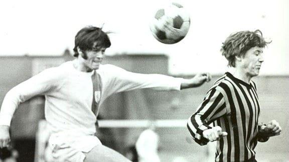 """Wolfgang Hoffmann (links im Bild). Seine Beatles-Frisur brachte ihm den Rufnamen """"Pilz"""" ein. Er starb 1971 vor dem Rückspiel des HFC in Eindhoven beim Brand des Hotels """"Seepferdchen"""", in dem die Hallenser Spieler untergebracht waren."""