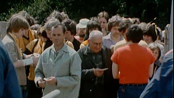 Dynamofans am Einlass des Harbigstadions in Dresden in den 1980er Jahren