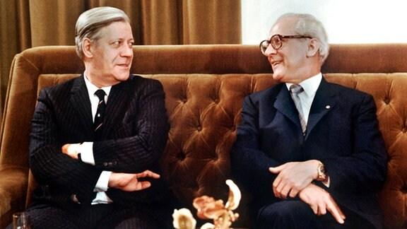 Bundeskanzler Helmut Schmidt (l, SPD) und der Staatsratsvorsitzende der DDR, Erich Honecker, posieren am 11.12.1981 im Schloß Hubertusstock am Werbellinsee für die Fotografen.