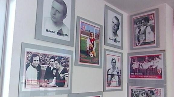 Gerahmte Bilder mit historischen Fußballaufnahmen an einer Wand