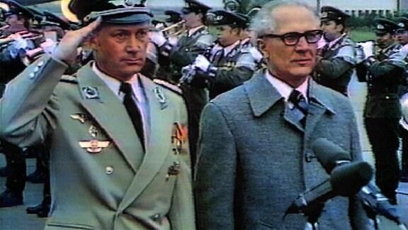 Sigmund Jähn und Erich Honecker beim Abspielen der Nationalhymne der DDR.