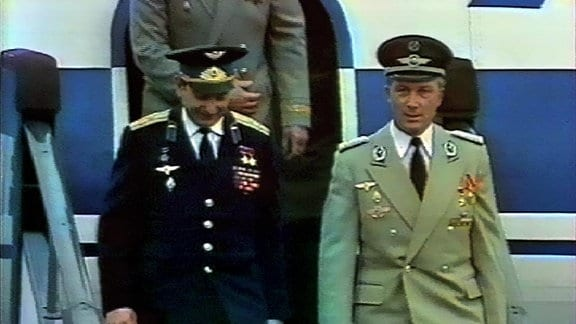 Am 21. September 1978 landet Sigmund Jähn gemeinsam mit dem Kommandanten des Weltraumflugs, Waleri Bukowski, auf dem Flughafen Berlin-Schönefeld.