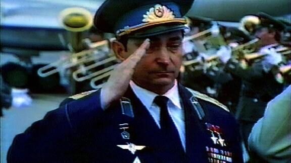 Waleri Bukowski bei Abspielen der sowjetischen Hymne.