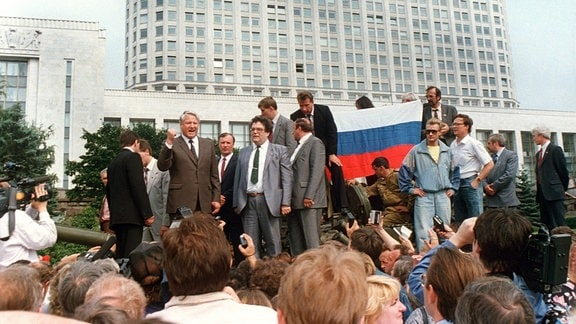 Der russische Präsident Boris Jelzin (3.v.l.) spricht mit geballter Faust, auf einem Panzer stehend, am 19.08.1991 vor dem russischen Regierungsgebäude in Moskau zur versammelten Menschenmenge und ruft zum Generalstreik auf.