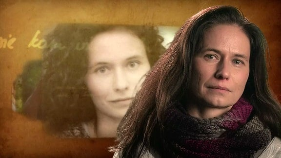 Eine Frau schaut in die Kamera. Im Hintergrund ein Bild von ihr als Jugendliche.