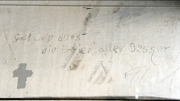 Blick auf eine Originalinschrift auf einer Liege des ehemaligen Jugendwerkhofes in Torgau.