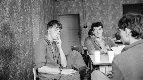 Jugendliche bei der Pause im Jugendwerkhof Wolfersdorf