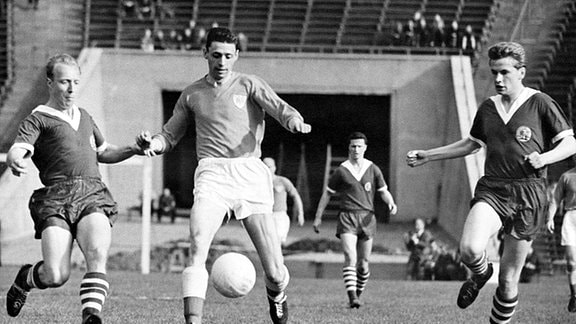 Manfred Kaiser greift von links den dänischen Fußballspieler Poul Mejer an, der gerade am Ball ist. rechts im Bild: Gerhard Körner.