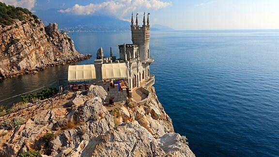 Felsklippe mit Schloss bei Jalta auf der Halbinsel Krim