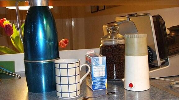 Thermoskanne und Kaffeemühle