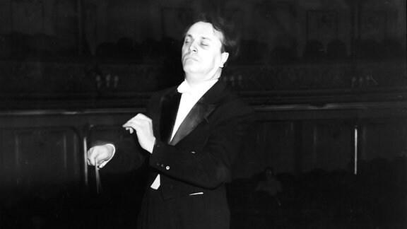 Kurt Masur bei einer Orchesterprobe. (1961)