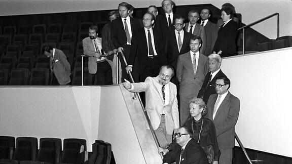 Im Neuen Gewandhaus in Leipzig erläutert 1982 Gewandhauskapellmeister Kurt Masur (M) dem SPD-Vize Hans Jürgen Wischnewski (r)) den Konzertsaal. Dahinter links neben Kurt Masur steht Hans-Otto Bräutigam, Leiter der Ständigen BRD-Vertretung.