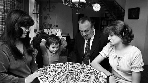 Der Dirigent des Leipziger Gewandhausorchesters Kurt Masur in Familie beim Gesellschaftsspiel - Sohn Ken-David wirft begeistert die Mikadostäbchen auf den Tisch, Mutter Tomoko, Vater Kurt und Halbschwester Carolin schauen zu.