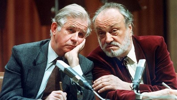 Der sächsische Ministerpräsident Kurt Biedenkopf (l, CDU) im Gespräch mit dem Gewandhauskapellmeister Kurt Masur am 2. Dezember 1990. Masur erlang nicht nur Popularität durch seine künstlerischen Leistungen als Dirigent, sondern tat sich auch während des Zusammenbruchs der DDR als Oppositionssprecher hervor.