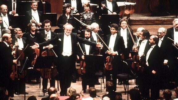 Der deutsche Dirigent und Kapellmeister des Leipziger Gewandhausorchesters, Kurt Masur (Mitte links), gibt am 12.9.1991 in New York sein Debüt als Chefdirigent und neuer Musikdirektor der New Yorker Philharmoniker.
