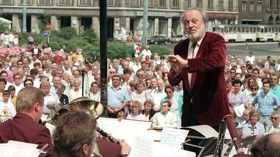 Kurt Masur dirigiert auf dem Augustusplatz das Rundfunkblasorchester Leipzig. Mit diesem Konzert demonstrierte der Gewandhauskapellmeister und Chefdirigent der New Yorker Philharmonie seine Unterstützung für das von Abwicklung bedrohte Orchester.