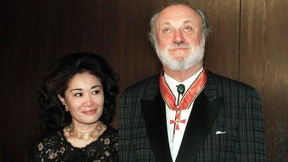 Sein 25-jähriges Jubiläum als Gewandhauskapellmeister feierte Kurt Masur, hier mit seiner Frau Tomoko Sakurai, am 02.09.1995 in Leipzig. Der Chef des berühmten Leipziger Klangkörpers, der gegenwärtig auch der New Yorker Philharmonie vorsteht, erhielt an diesem Tag das Bundesverdienstkreuz.