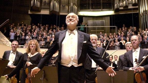 Der Chefdirigent des London Philharmonic Orchestra, Kurt Masur, nimmt am 10.10.2001 mit seinem Musikern nach einem Konzert im Leipziger Gewandhaus den Beifall des Publikums entgegen.