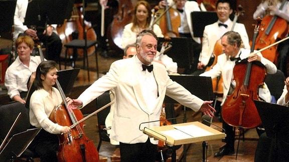 Kurt Masur, Leiter des New York Philharmonic Orchester, nimmt am Ende seines Abschiedskonzerts am 18.7.2002 in der Avery Fischer Hall in New York begeisterten Applaus entgegen.