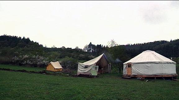 Hütten auf einer Wiese