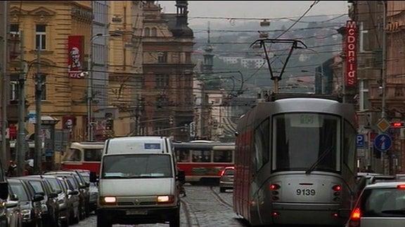 Straßenbahnen und Autos in einer Stadt