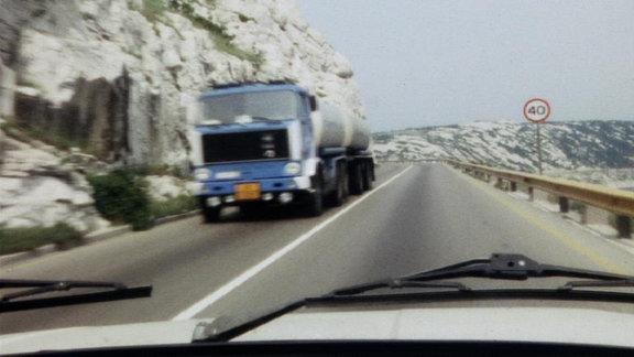 Laster auf bergiger Straße