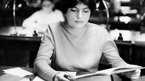Diese junge Frau sitzt in der Sächsischen Landesbibliothek Dresden.