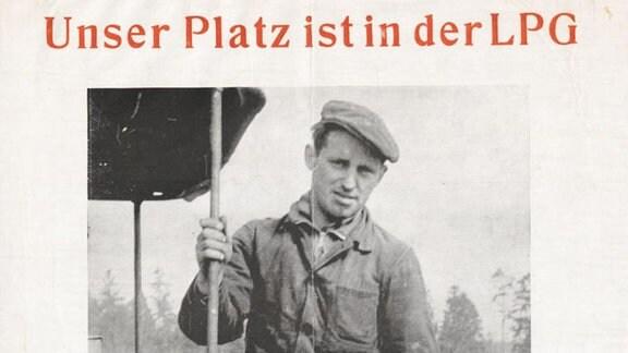 Auf diesem Agitations-Plakat der SED-Kreisleitung von Gnevsdorf, einem kleinen Ort in der Priegnitz, ruft ein Traktorist, Genosse Heinz Lalla, 1963 die Traktoristen seines Kreises auf, seinem Beispiel zu folgen und ebenfalls der Landwirtschaftlichen Genossenschaft beizutreten.