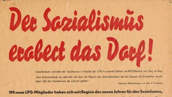 """Mit diesem Agitations-Plakat sollten 1958 die """"werktätigen Bauern"""" in fünf Dörfern in der Priegnitz für die """"sozialistische Großlandwirtschaft"""" gewonnen werden."""
